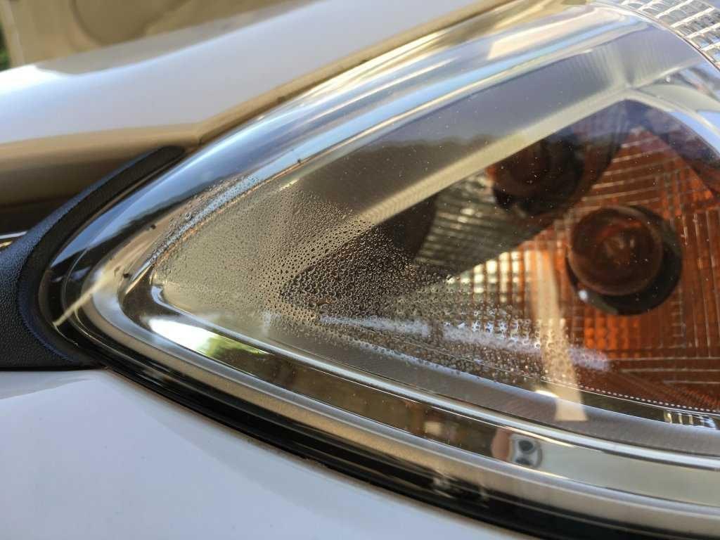 đèn ô tô bị hấp hơi nước